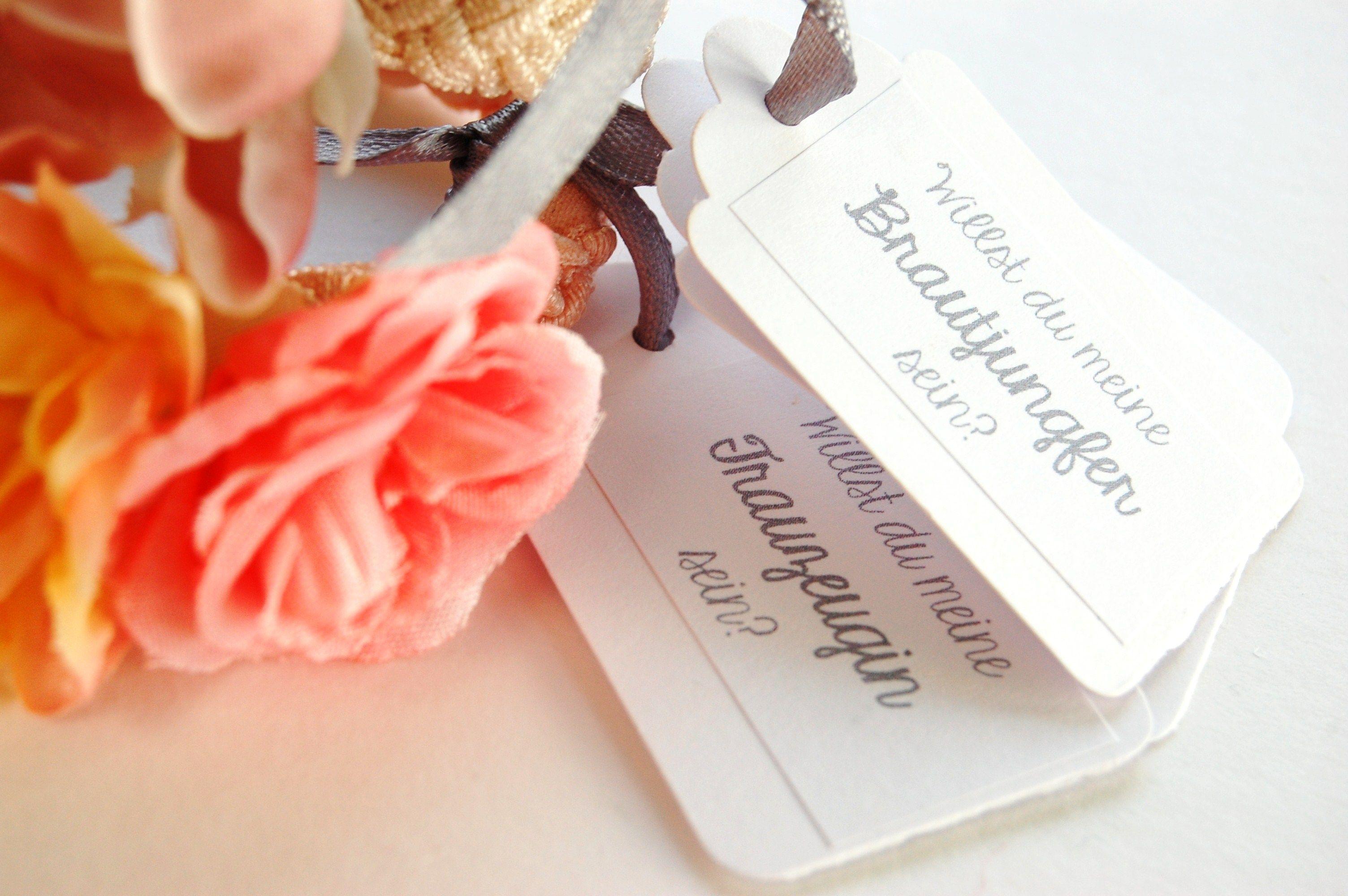 Brautschmuck armband blumen  Geflochtenes Armband mit Blüten als Geschenk für die Trauzeugin ...