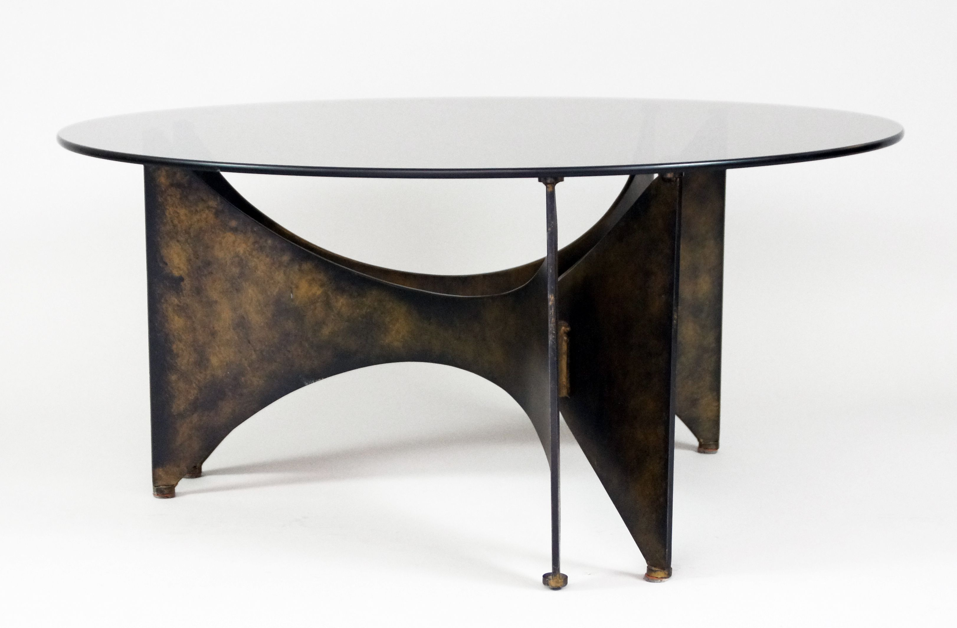 Table basse en bronze et verre. Disponible chez www.collectionofdesign.com
