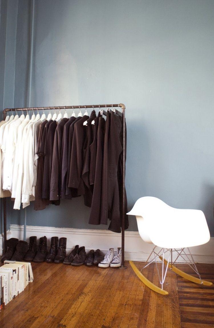 Kleiderstange Kleiderschrank Klamotten Parkettboden Wand Blaugrau  Alt Plastic