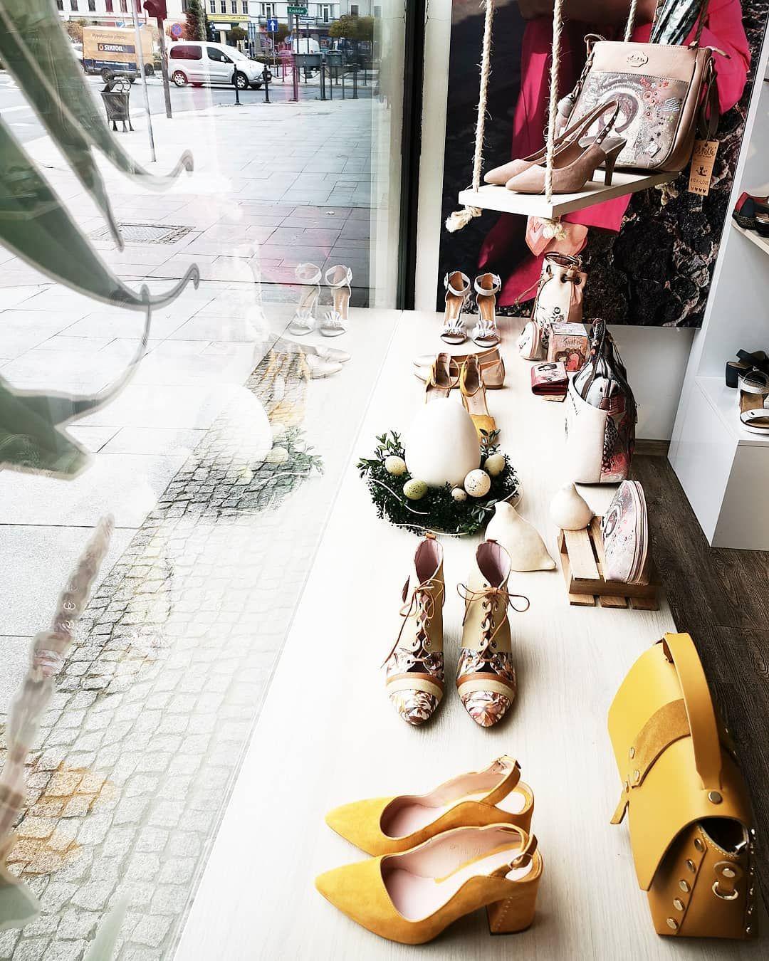 Swiateczna Wystawa Nowe Modele Obuwia Zarowno Z Damskiej Jak I Meskiej Wiosenno Letniej Kolekcji Eastertime Shopwindow Sh Shoes Bags Chloe Drew