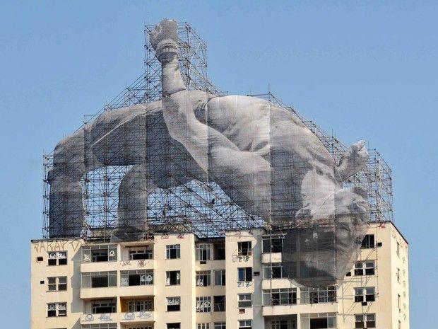 Instalação no alto do edifício Hilton Santos no Flamengo, Zona Sul do Rio de Janeiro. A gigantografia foi feita pelo artista francês JR (Foto:…