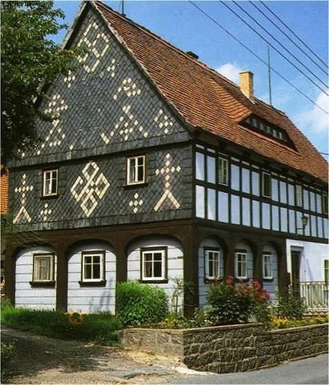 Ein Typisches Umgebindehaus In Bertsdorf Umgebindehaus House With Ground Floor Externally Braced By Timber Arcad Umgebindehaus Ferienwohnung Fachwerkhauser
