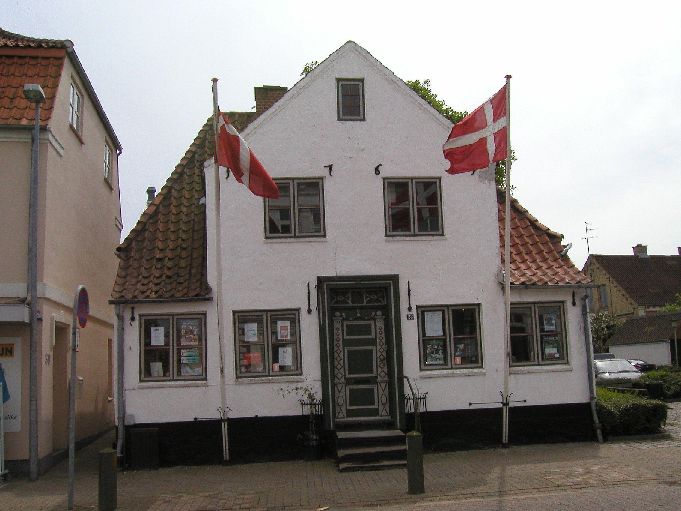 Ingen fiks fakserier, her vajer flagene til begge sider på een gang, ved det lille kønne hus i Augustenborg.