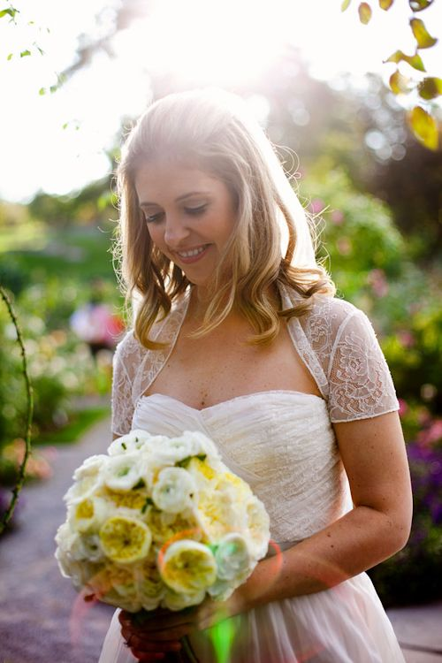 Beautiful bridal style for New York Botanical Garden wedding - photos by E. Leigh Photography | junebugweddings.com