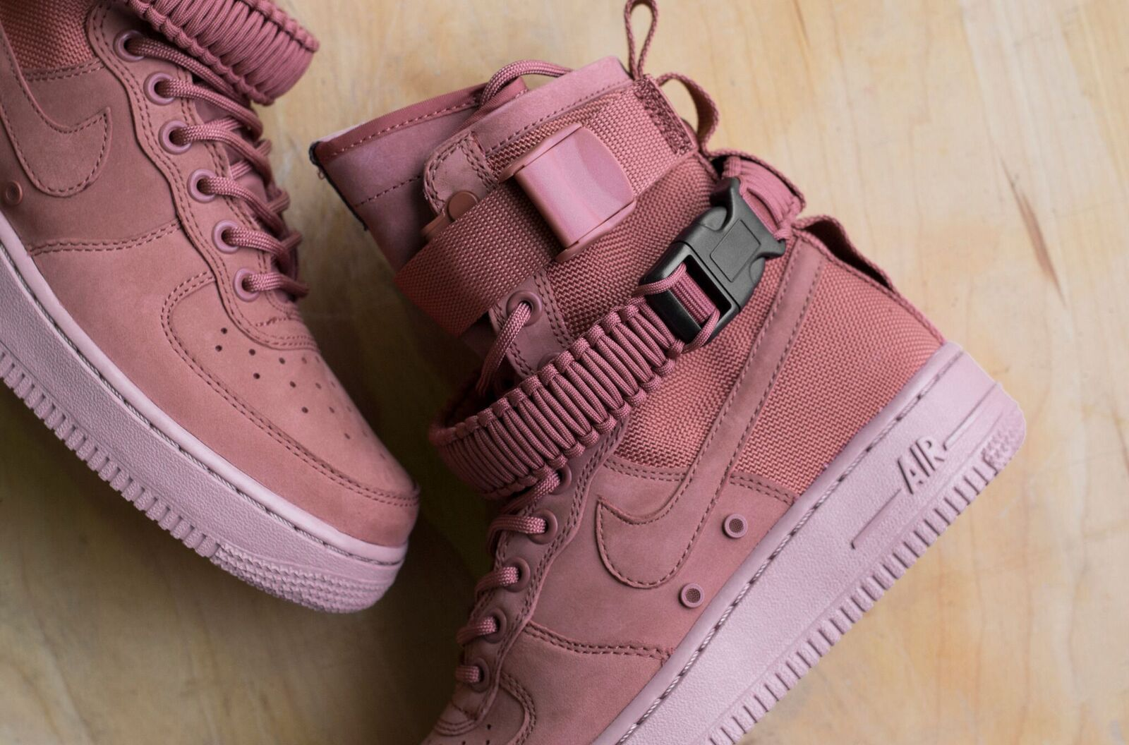 Nike WMNS SF Air Force 1 Trainers 857872 202 | Red