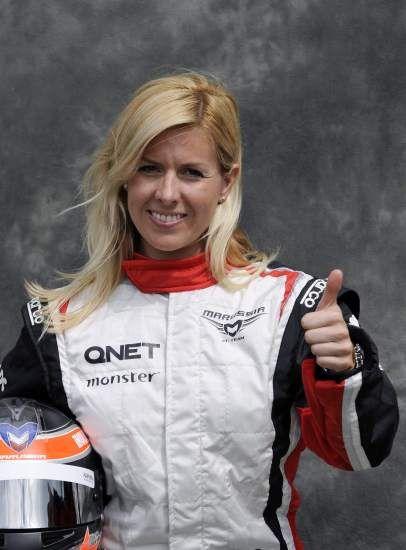 María de Villota, vestida con el traje de piloto de la escudería Marussia, en el circuito Albert Park en Melbourne (Australia), el 15 de marzo de 2012.