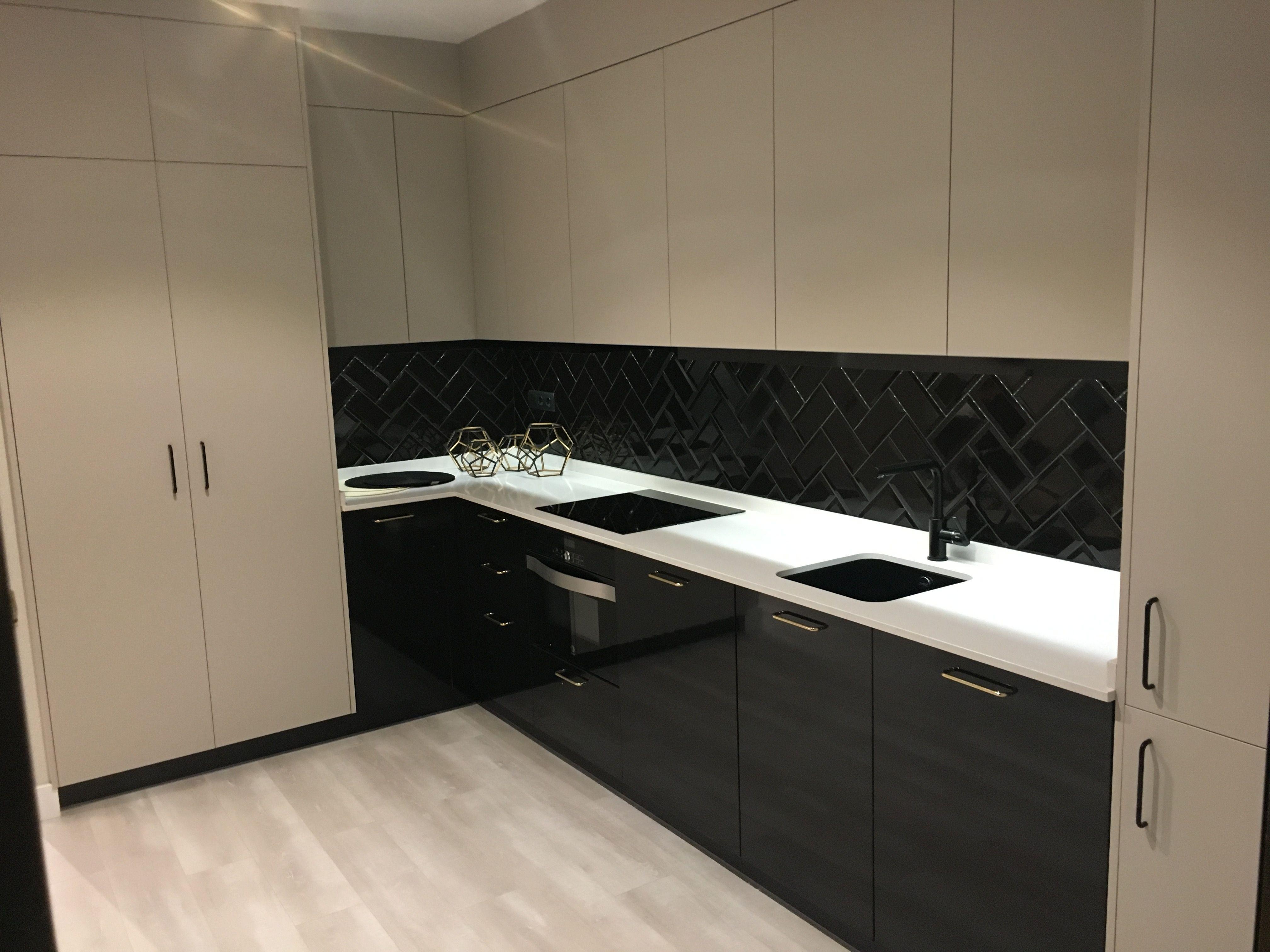 Cocina en apartamento de madrid muebles en cachemir seda for Encimera de cocina lacada en blanco negro