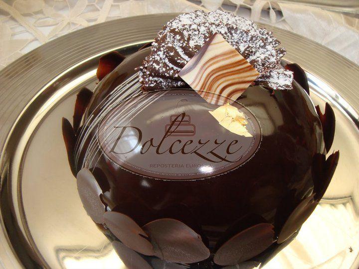 Bomba de chocolate rellana con deliciosa genovesa de choco-especies y un toque de cafe y  frimousse de chocolate