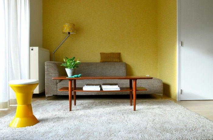 Vintage woonkamer met oker geel behang van Orla Kiely en