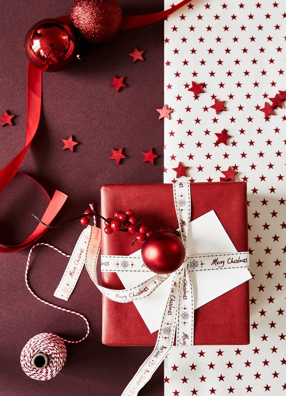 geschenkverpackungen in den farben rot und wei sehen. Black Bedroom Furniture Sets. Home Design Ideas