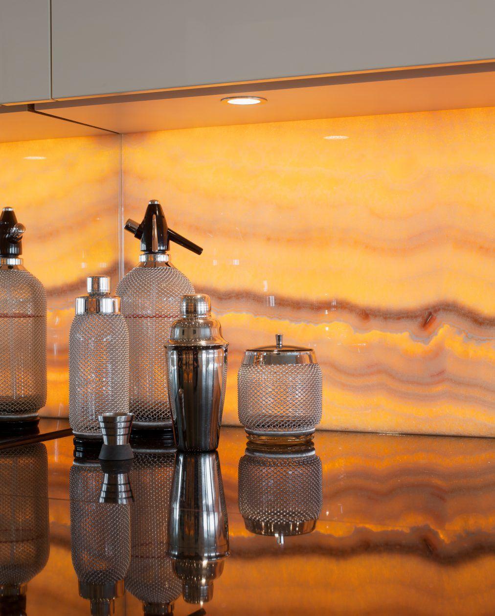 arbeitsplatte aus granit und küchenrückwand aus onyx