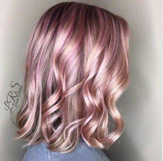 È il rosa metallico il colore più chic tra le tinte più originali ed estrose, secondo la moda capelli 2017. Ma come sfoggiare il trend metallic pink hair...