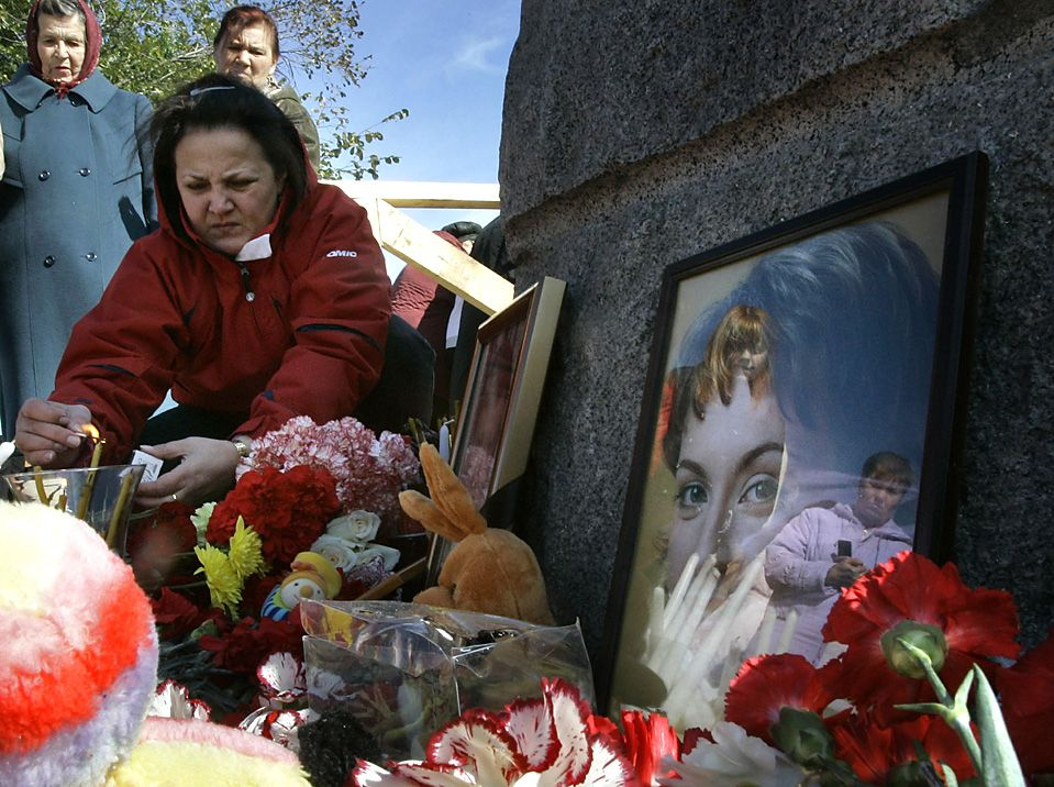 Sep 16, 2008 People lighted candles at a temporary memorial at an airplane crash site on the outskirts of Perm, Russia, Tuesday. The pilot of the Aeroflot jet that crashed Sunday, killing all 88 onboard, ignored air traffic control commands, officials said. (Dmitry Lovetsky/Associated Press)