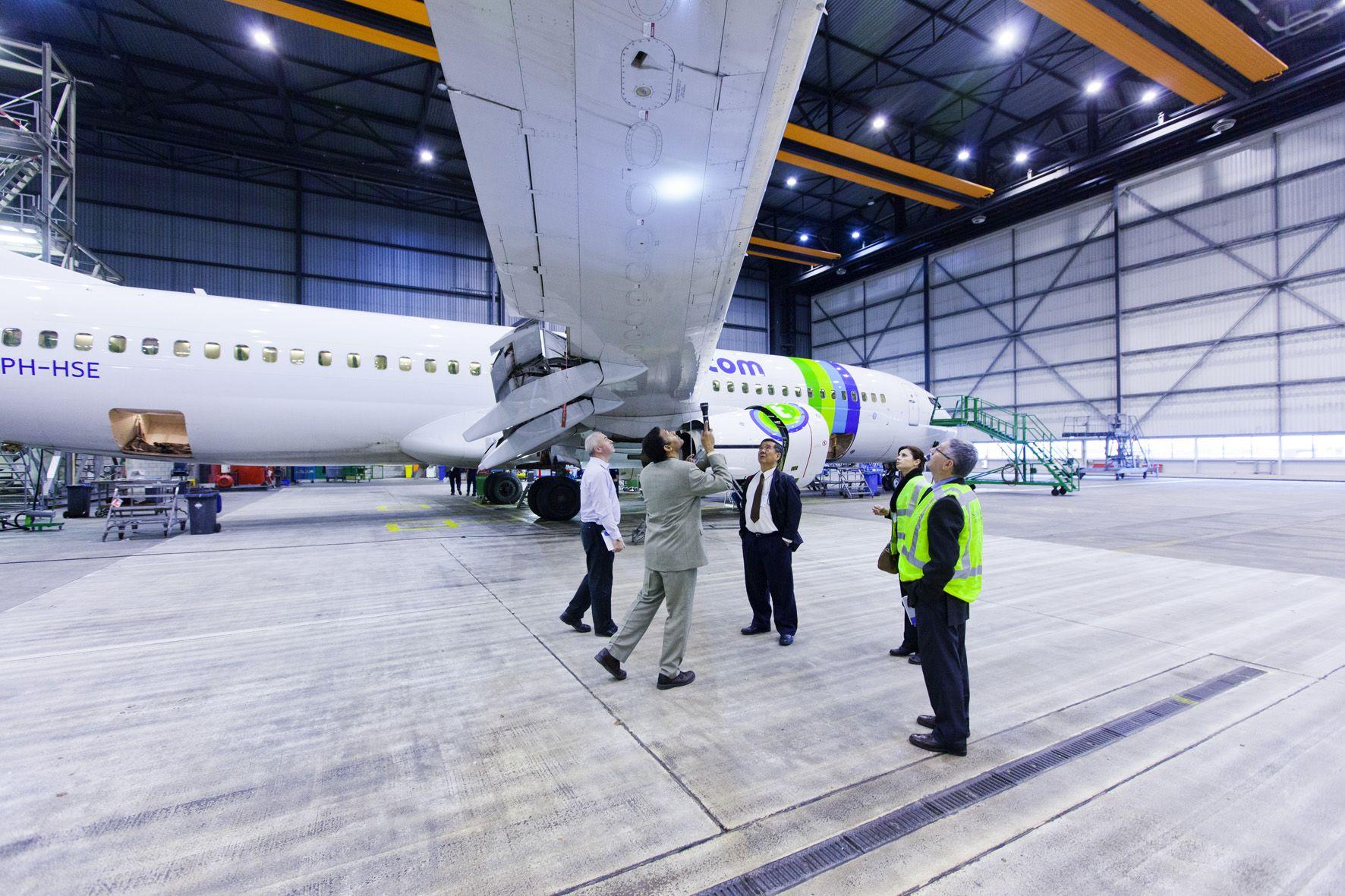 SGI Aviation in hangar. Fotografie verzorgd door Reclamebureau Holland. Regie: Jochem Albrecht