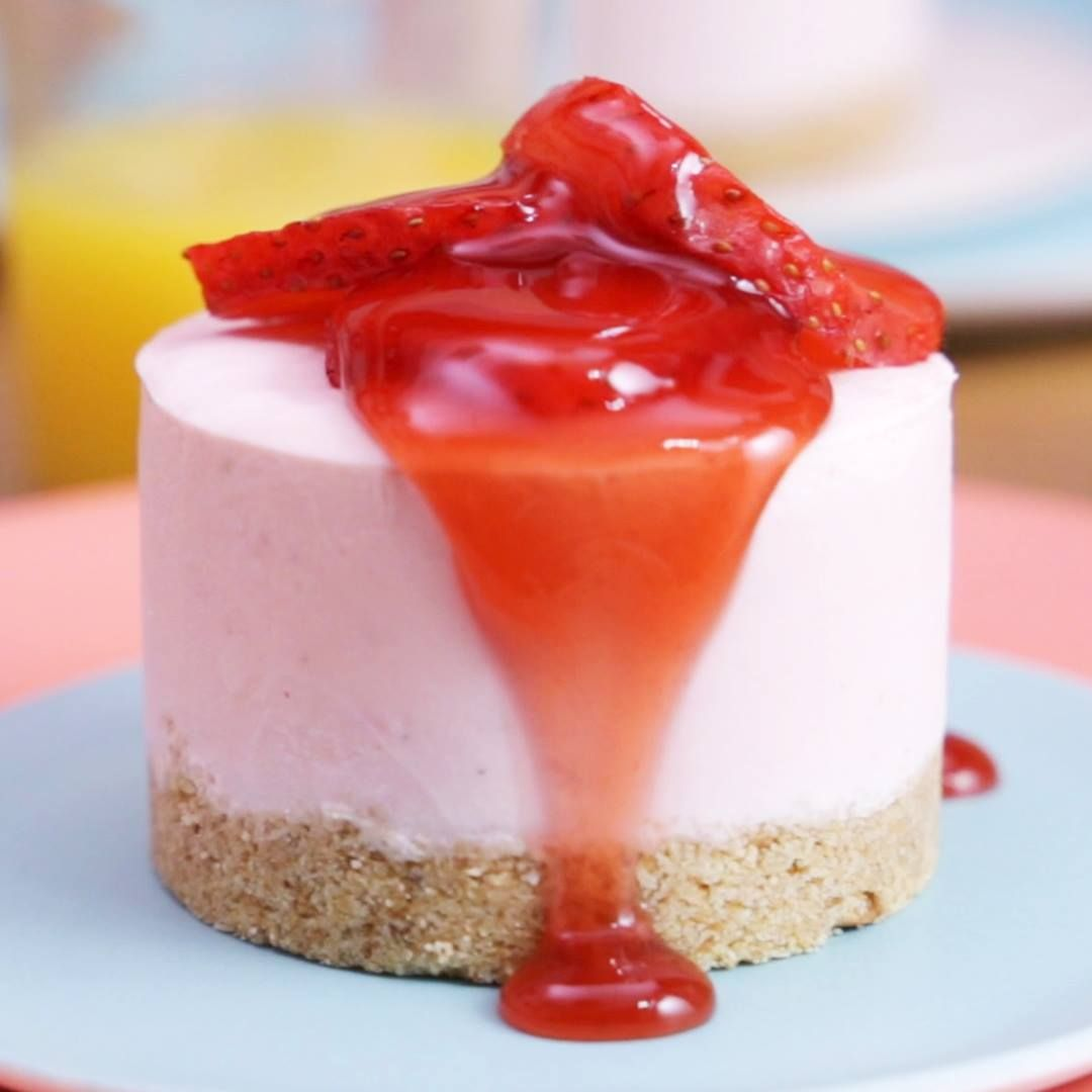 Léger et rafraîchissant, ce cheesecake glacé aux fraises va égayer votre journée !