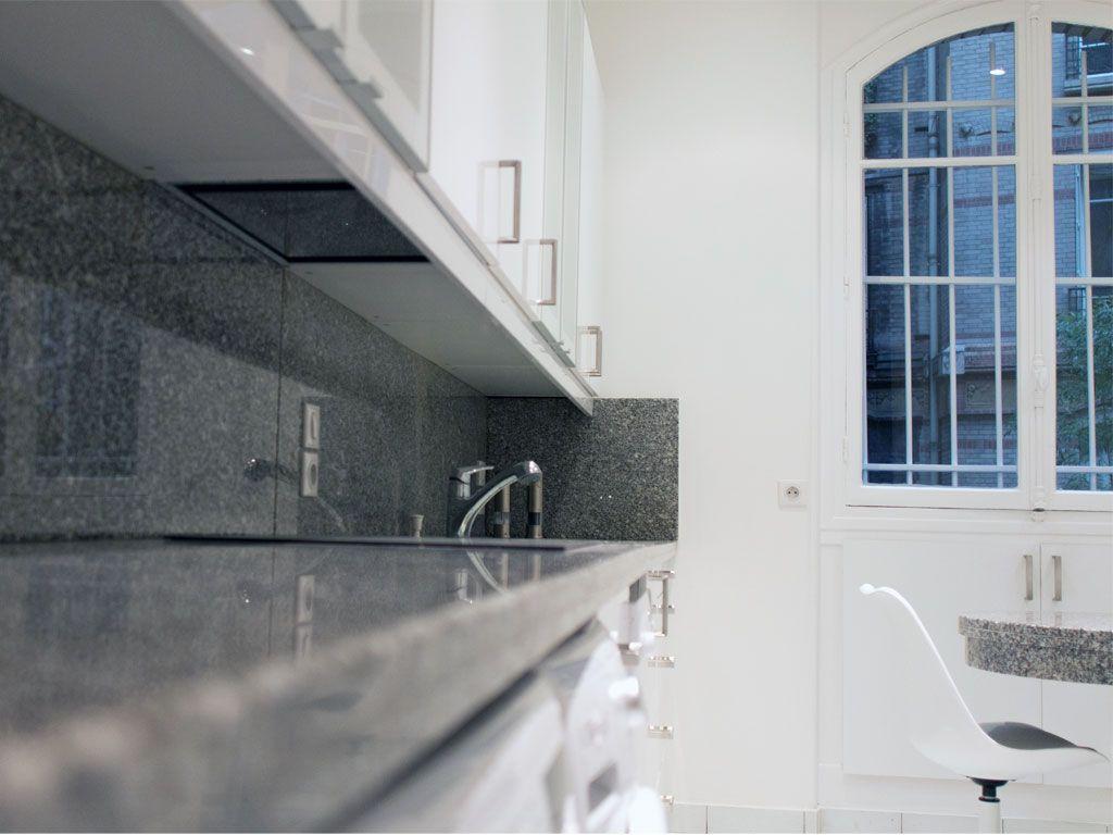 dcoration dune cuisine dans un appartement haussamnnien meubles de cuisine blanc plan de travail et crdence en granit gris decorating a kitchen in a - Granite Gris Cuisine