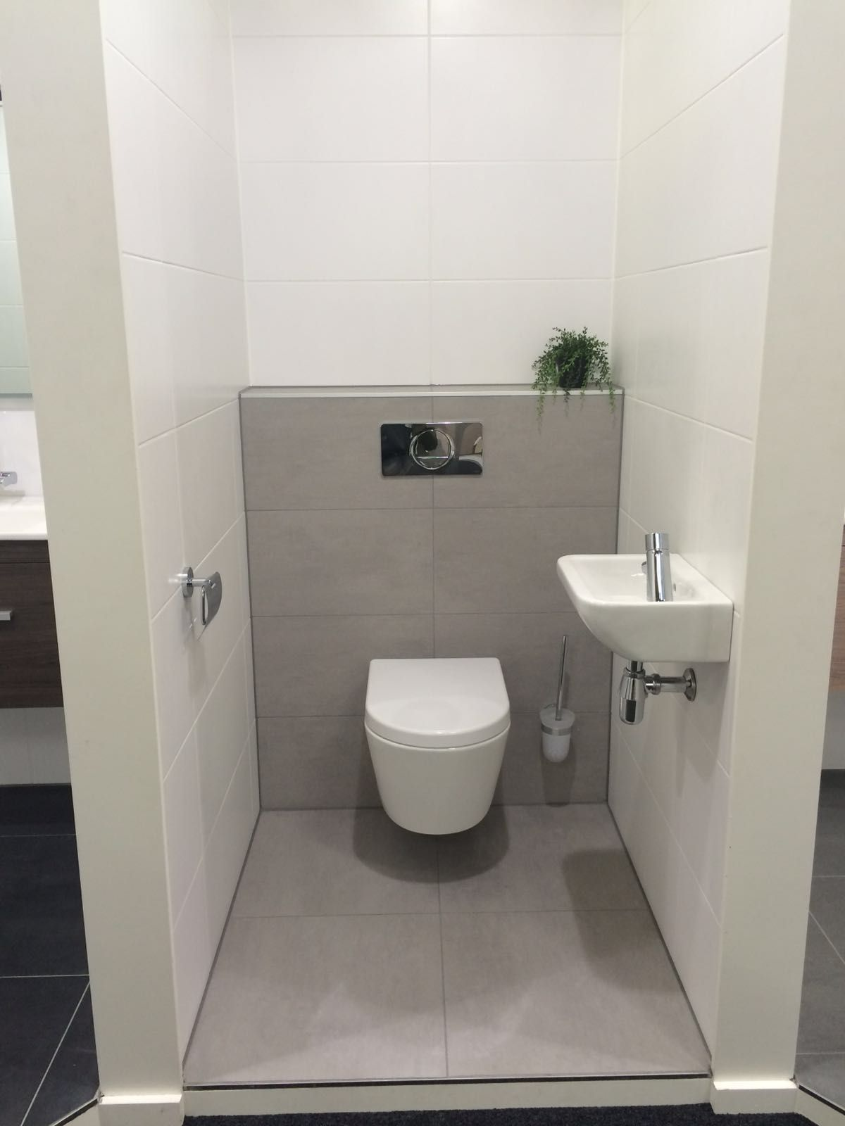 Vloer inbouwreservoir grijs tot aan reservoir op for Small washroom design ideas
