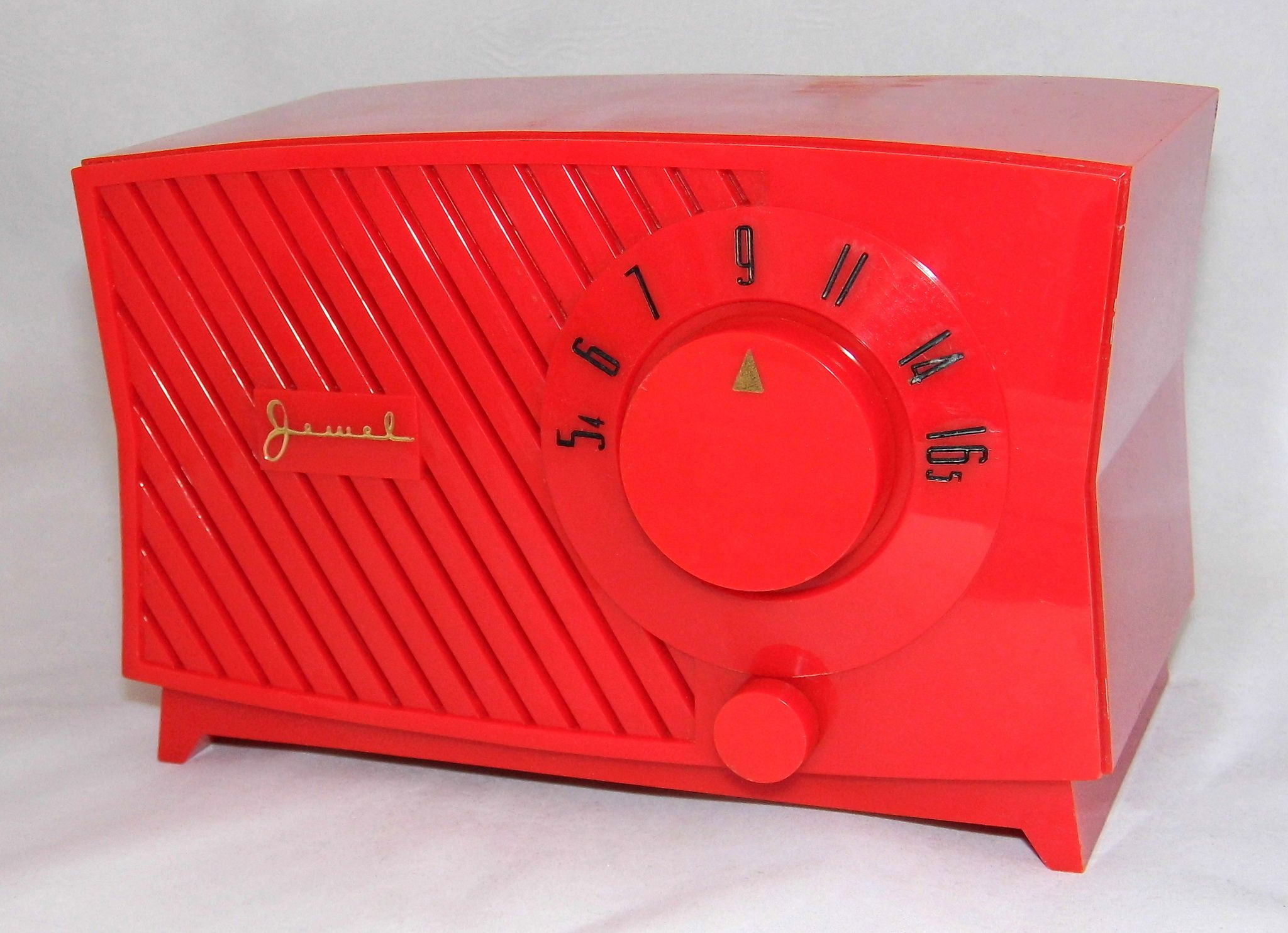 https://flic.kr/p/bZGyAW   Vintage Jewel Red Plastic Table Radio, AM Band Only, Made In USA
