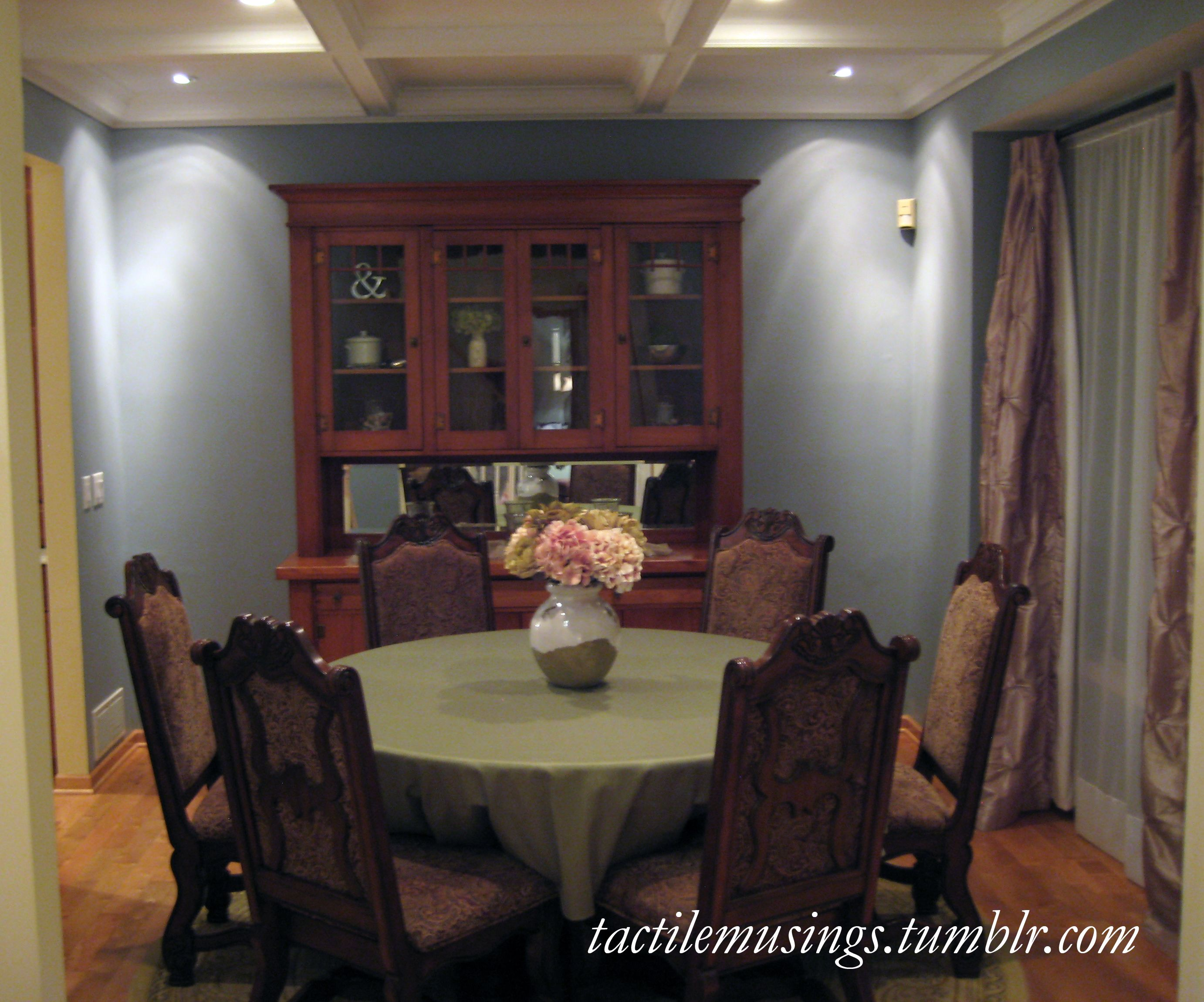 32 Stylish Dining Room Ideas To Impress Your Dinner Guests: Corner Accent Lighting In The Formal Dining Room