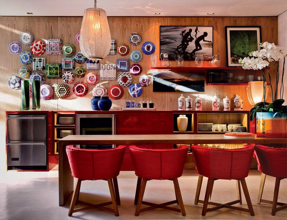 Neste canto de refeições, sobressaem os pratos coloridos criados pela designer italiana Paola Navone. Eles substituem os quadros nesta composição e são fixados em um painel de freijó lavado.