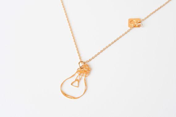 """נורה תלויה על שרשרת עדינה.  התליון והשרשרת עשויים פליז עם ציפוי זהב איכותי 24  K  בגימור מט.    גודל התליון הוא 20*30 מ""""מ   השרשרת באורך 50 ס""""מ    השרשרת מגיעה ארוזה באריזת מתנה ייחודית.  מומלץ לא להתרחץ עם השרשרת או להתיז בושם ישירות על השרשרת, על מנת לשמור עליה כחדשה לאורך זמן."""