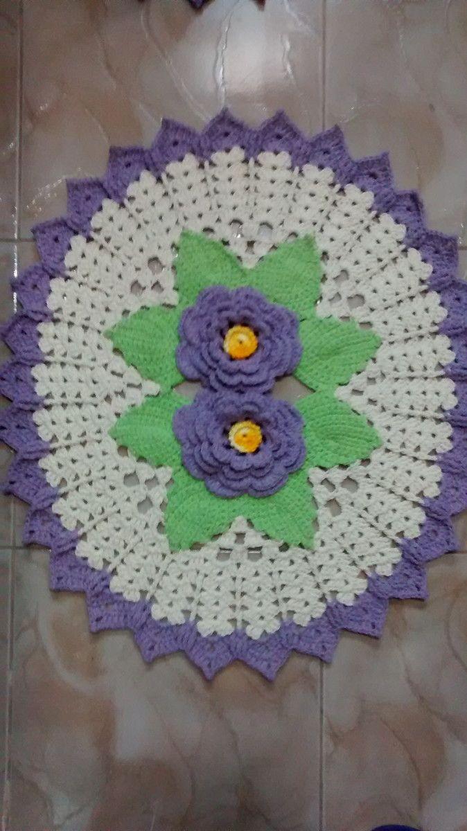 Tapete de croche , feito em barbante fio 6, colorido com flores em alto relevo.  Pode ser feito nas cores de sua preferência.