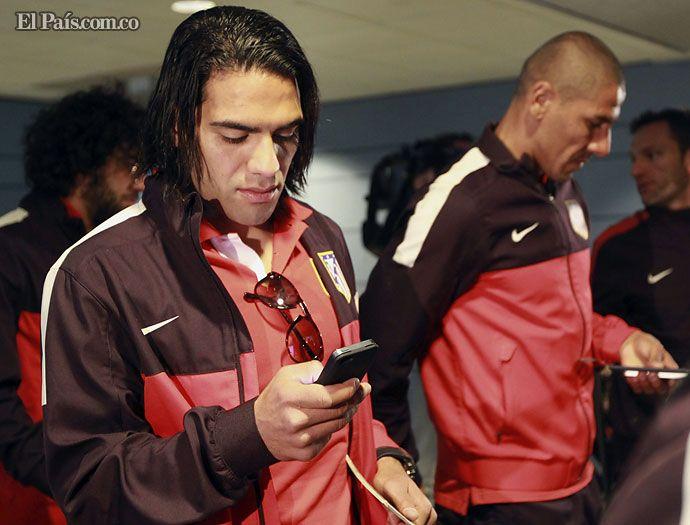 El delantero del Atlético de Madrid, el colombiano Radamel Falcao García, en el aeropuerto de Barajas, revisando las redes sociales.