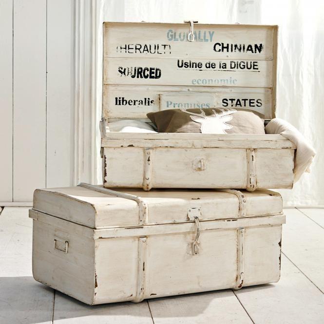 pin von claudia mattheis auf landhaus pinterest winterkleidung truhe und schriftzug. Black Bedroom Furniture Sets. Home Design Ideas