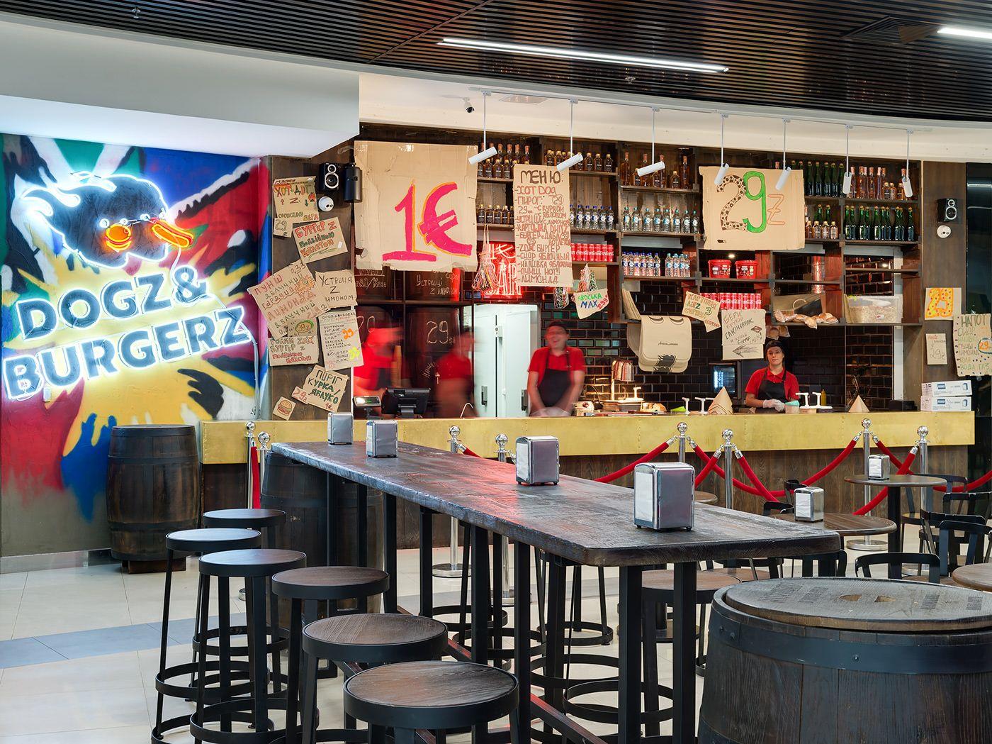 Di fronte al bar in un area spaziosa e confortevole i clienti