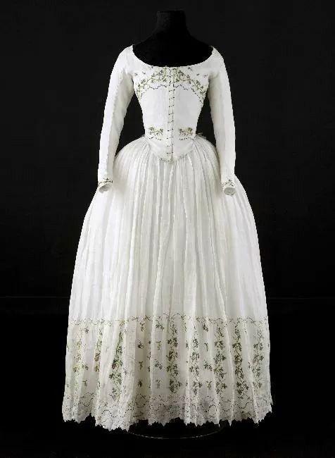 Caraco and petticoat, 1790-1800. Very fine white cotton, embroidered ...