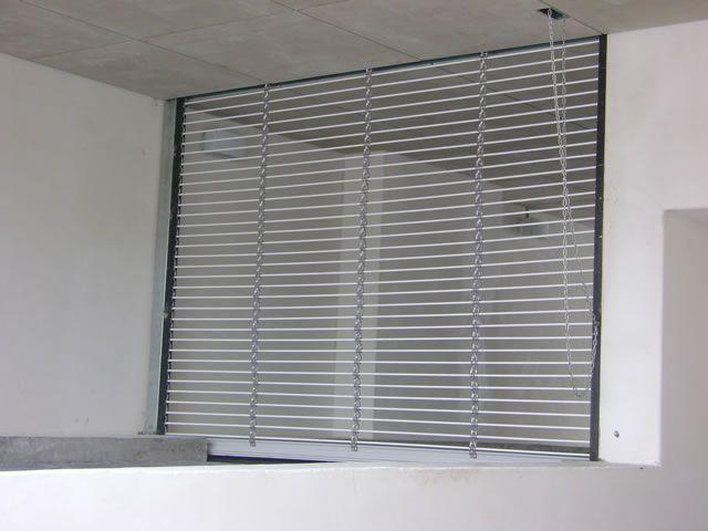 cortina tipo tubular diseada para locales comerciales