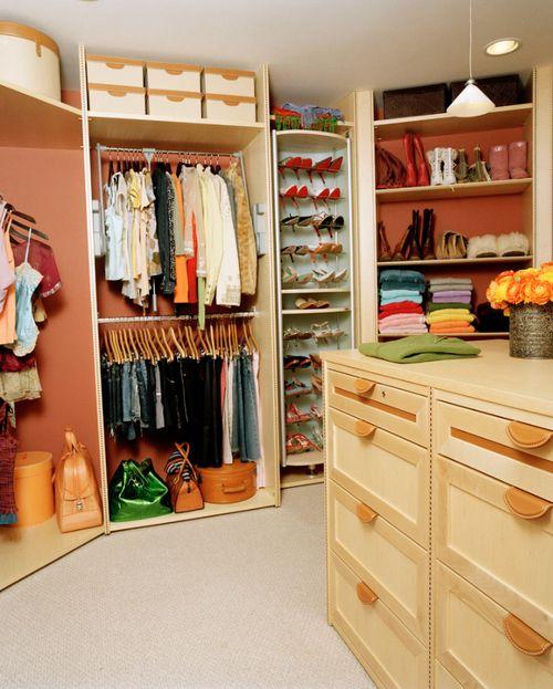 Closet, cor laranja claro.