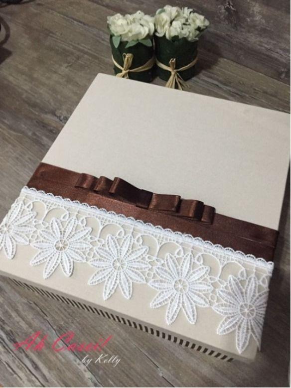 ad89ba2abfe9 Linda caixa em mdf, com base e tampa revestida em tecido (tricoline 100%  algodão). Tampa decorada com renda de guipir com detalhes de fita e laço  channel!!!