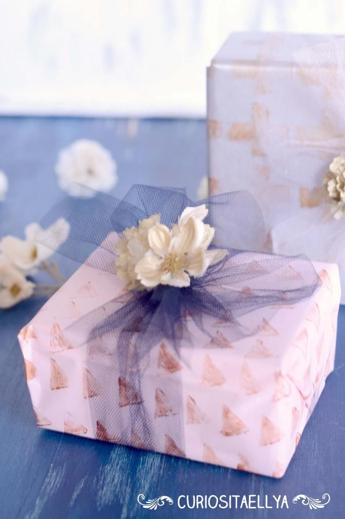 Pretty gift wrap with tulle bow (Tutorial)