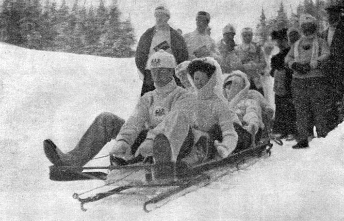 """Der Kronprinz und seine Frau rutschen in St. Moritz auf einem """"bobsleigh"""" ins neue Jahr."""