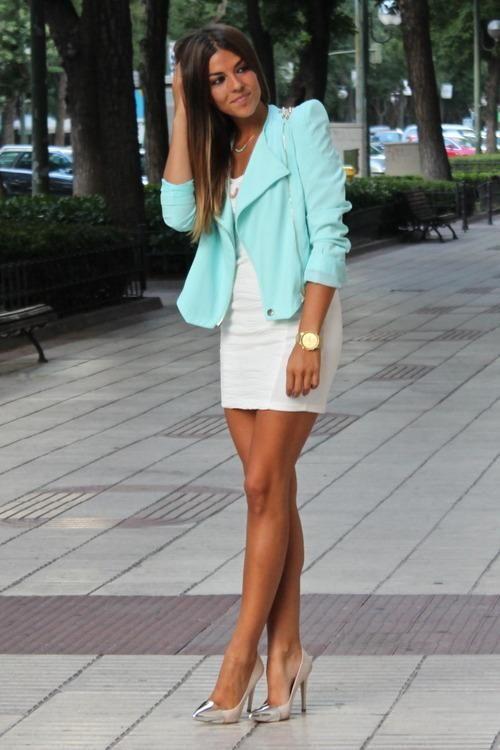 Vestido blanco corto con zapatos azules