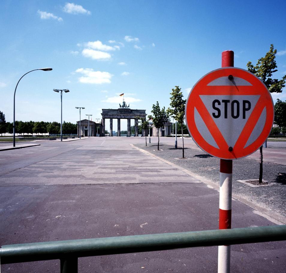 Brandenburger Tor Ost Seite 1975 Kein Nachbargebaude Am Pariser Platz Nur Leere Berlin Berliner Mauer Ostberlin