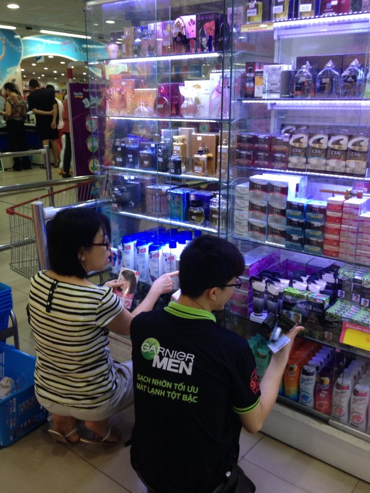 Mom is trying to buy hair color    Funny they lock up random stuff we ended up finding on a nearby shelf with a garnier men's model Vietnam