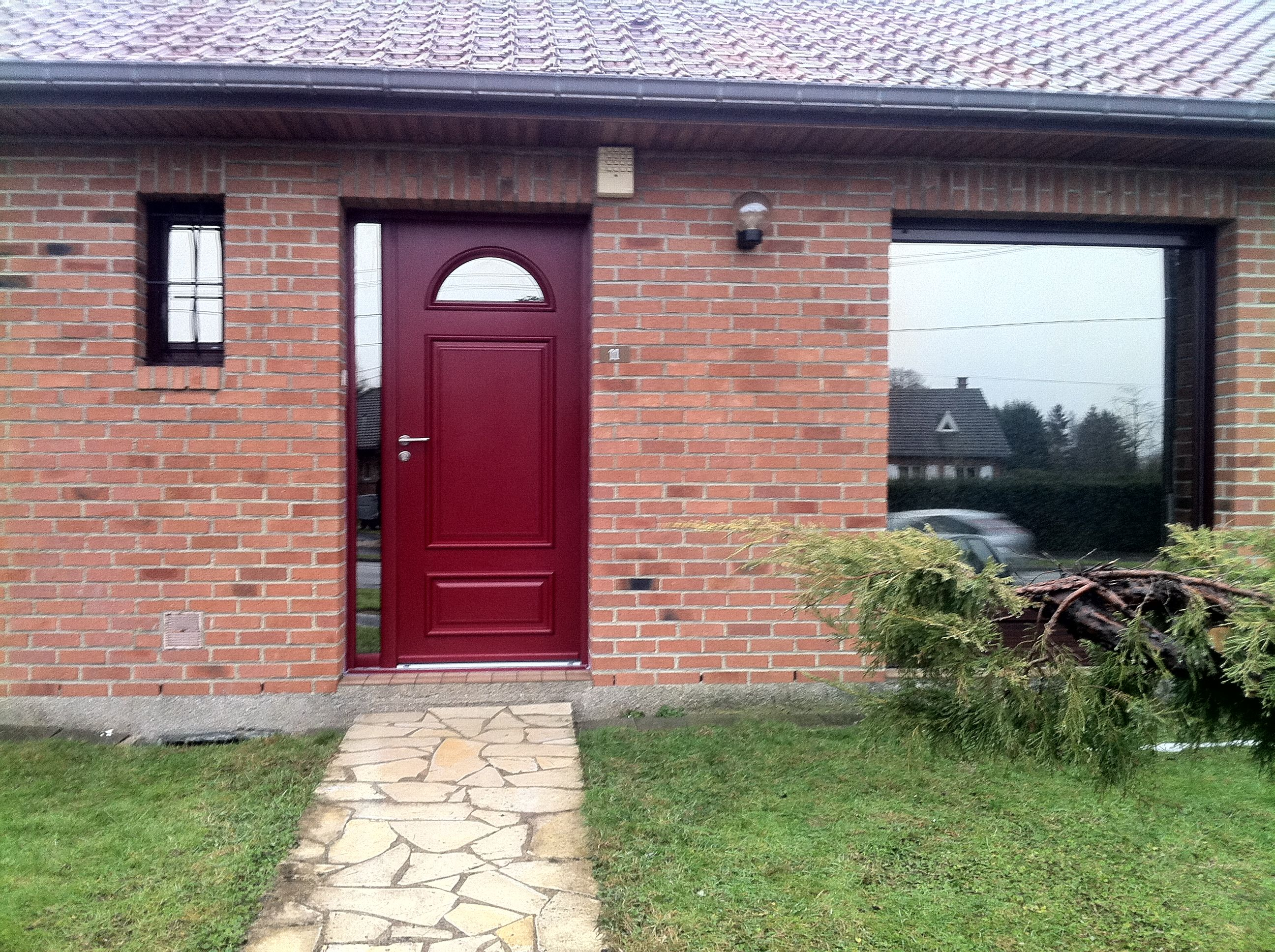 Porte d entrée rouge bordeaux en aluminium gamme Minérale mod¨le