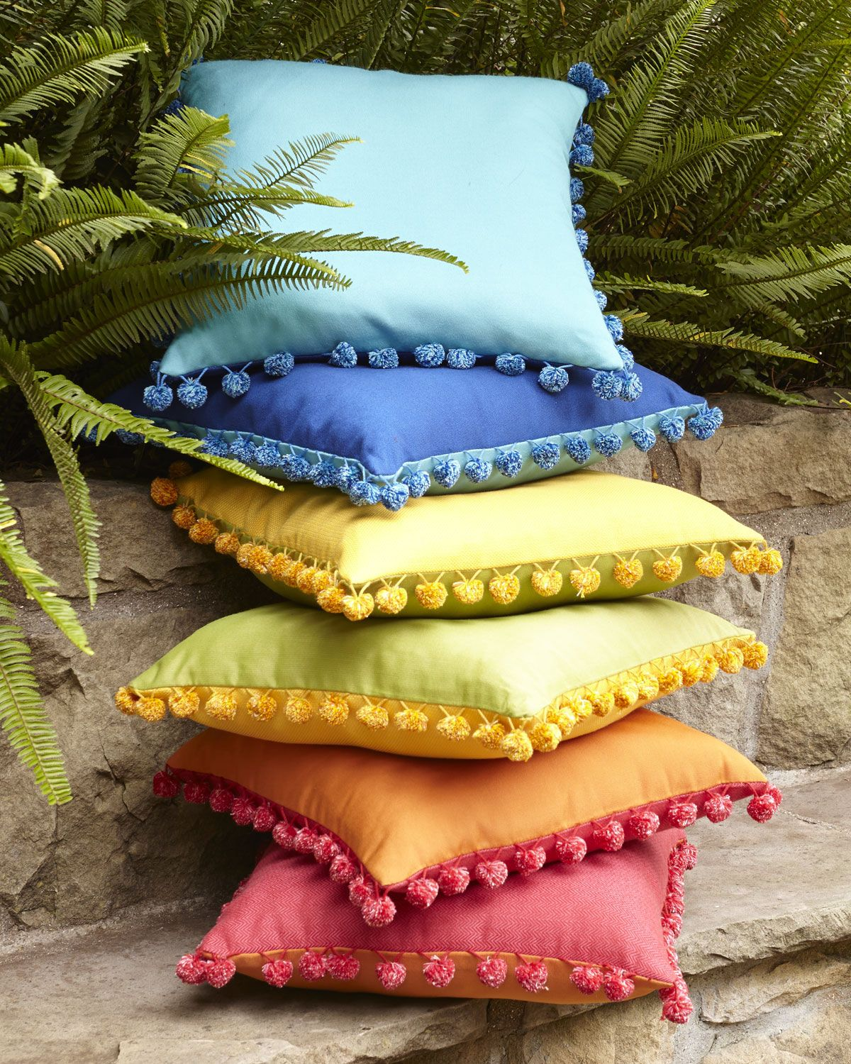 outdoor pom pom pillows home sweet home pinterest kissen bastelprojekte und dyi. Black Bedroom Furniture Sets. Home Design Ideas