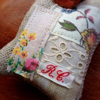 ハンドメイド リネンに赤いおうちの刺繍 ステッチサンプラー