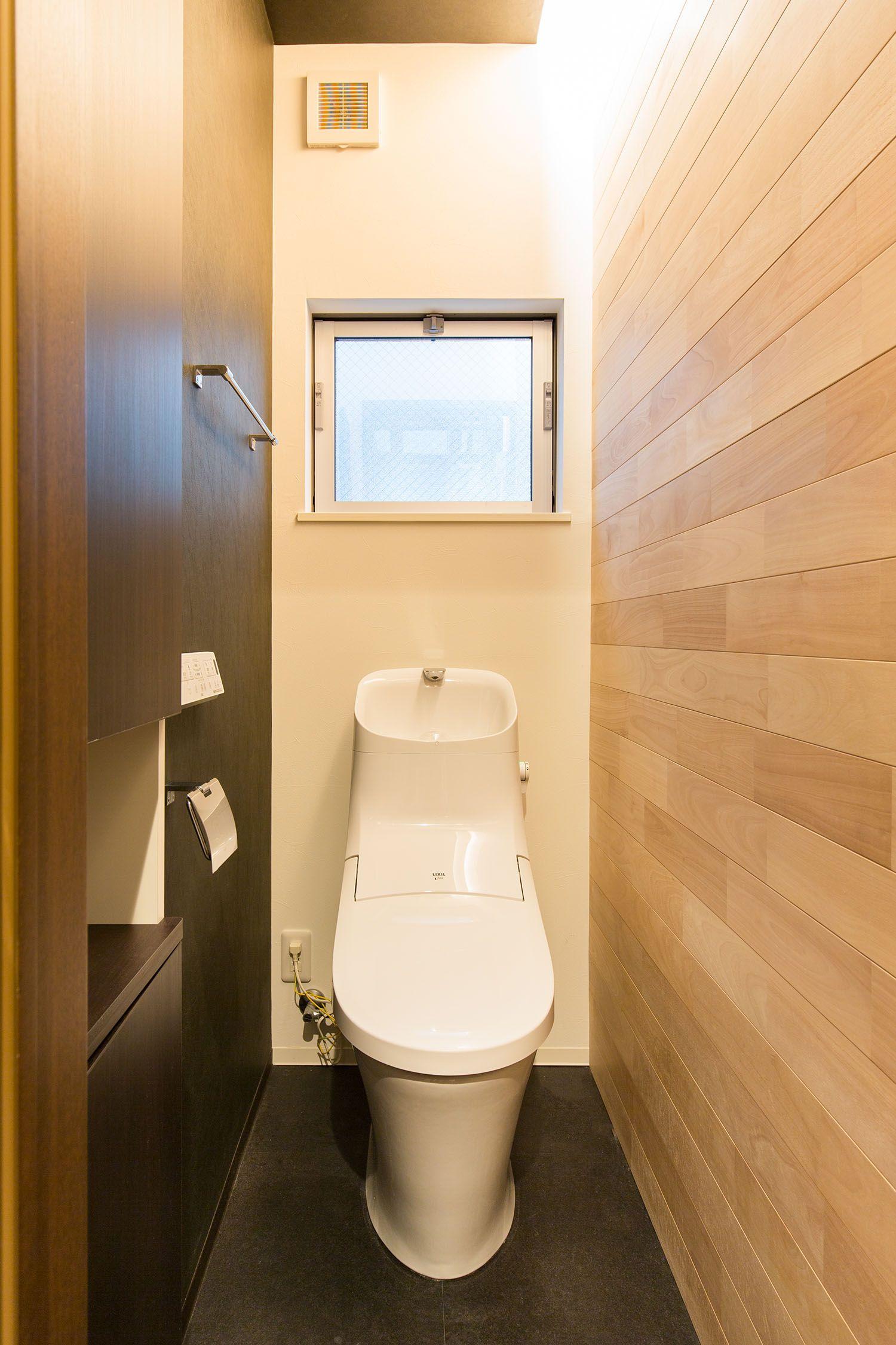 トイレの壁にも節がないつるっとした木を使用 黒いクロスと床のクッションフロアともよく合い 間接照明でより引き立っています 家 新築一戸建て 一戸建て