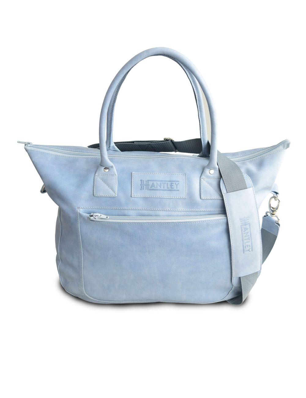 c450124febb9 Легкая женская спортивная сумка из натуральной кожи небесно-голубого  оттенка. Внутри и снаружи по 2 кармана.