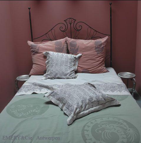 Emery rose et vert wouaw ce genre de coussins vieux rose avec les murs ciel belge fonc - Chambre fille vieux rose ...