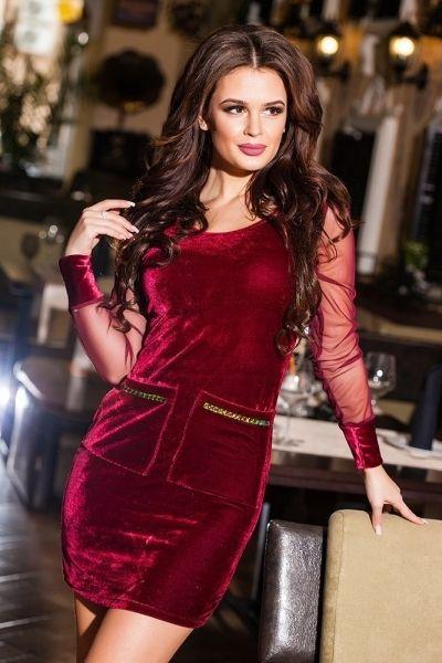 Короткое эфектное велюровое платье с прозрачными рукавами красный