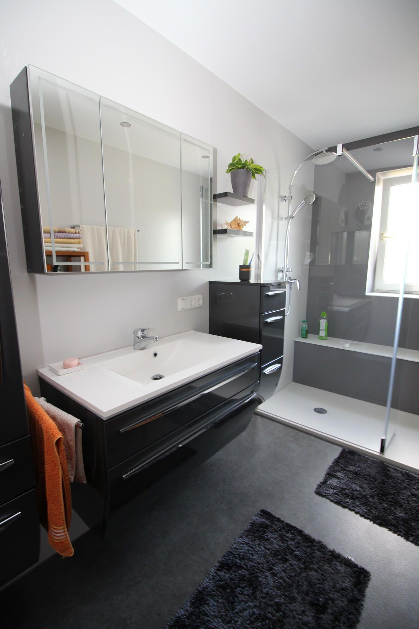 Modernes Wohlfühlbad Mit Fußboden In Steinoptik, Behindertengerechter Dusche  Mit Bodengleichem Einsteig, Spanndecke Mit LED