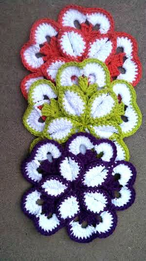 Flower Potholder - Beatrice Ryan (book review, with a link to designer's free pattern for these pretty potholders from the book)