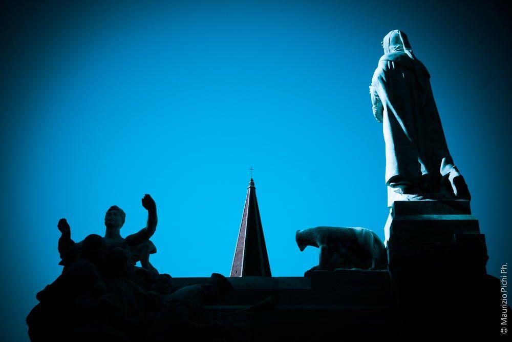 Arezzo - monumento a Petrarca e campanile del Duomo by Maurizio Pichi on 500px