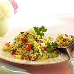 Zubereitung    1. Couscous mit der Brühe aufkochen und bei milder Hitze 7 Min. ausquellen lassen. Gurke schälen, halbieren, entkernen und würfeln. Tomaten würfeln, mit den Gurken mischen und leicht salzen. Frühlingszwiebeln in dünne Ringe schneiden und unterheben.    2. Minze- und Petersilienblätter fein hacken. Zitronensaft mit Salz, Pfeffer, 1 Prise Zucker und Olivenöl verquirlen. Alle Zutaten mit der Sauce in einer Schüssel mischen, 10 Min. durchziehen lassen und evtl. noch einmal…