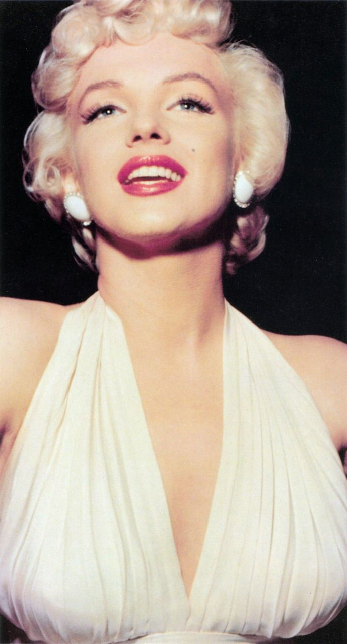 The Seven Year Itch 1955 Nice Pair Of Earrings Marilyn Monroe Photos Marilyn Monroe Marilyn